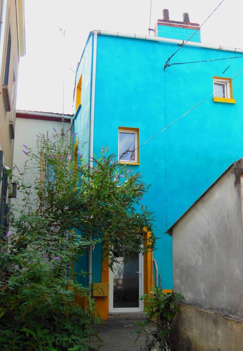 Maison aigue-marine et jaune-orangé