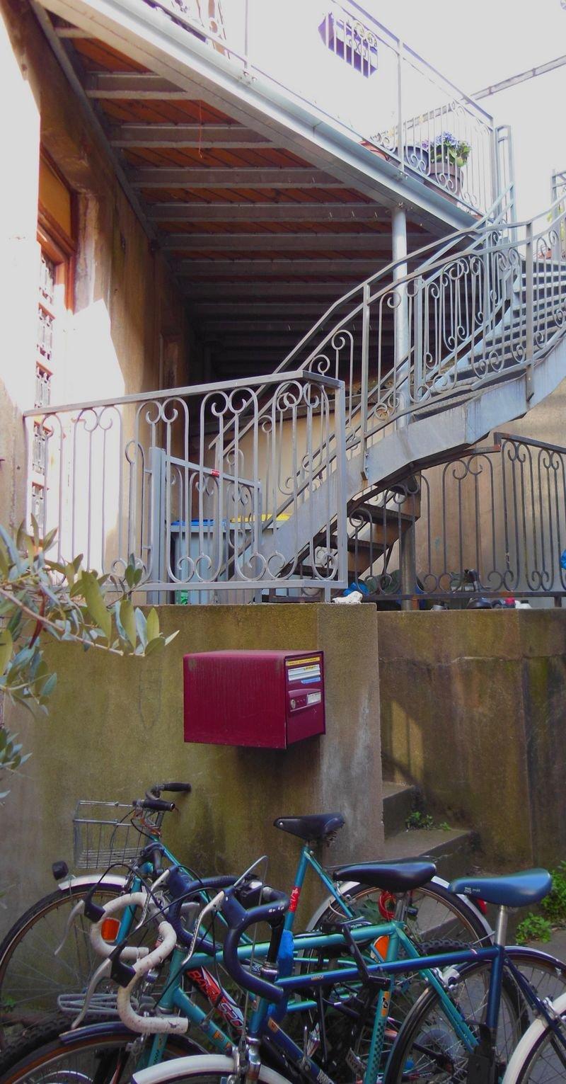 Escalier extérieur et vélos omniprésents