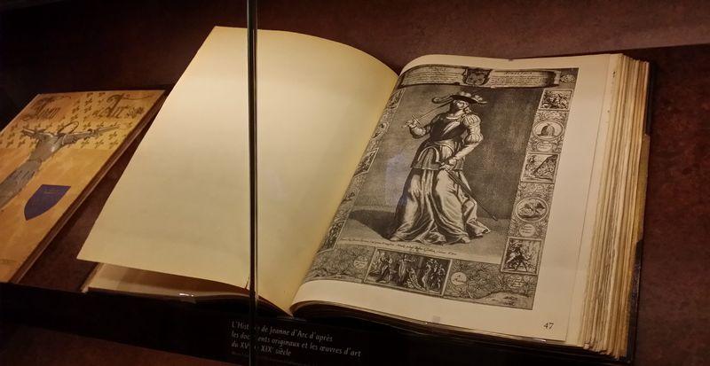 Livre ancien relatant l'histoire de Jeanne d'Arc