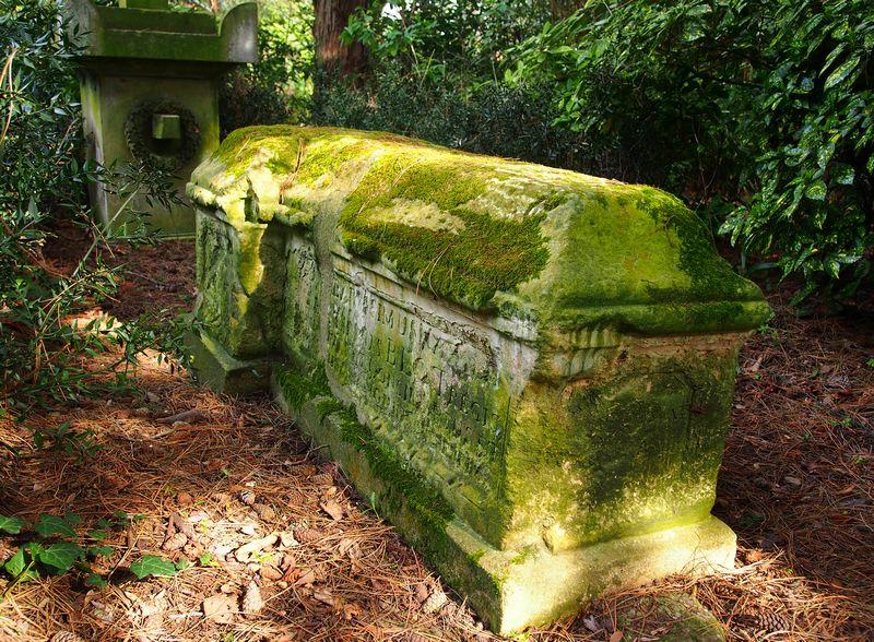 Tombe du jardin des plantes de Caen