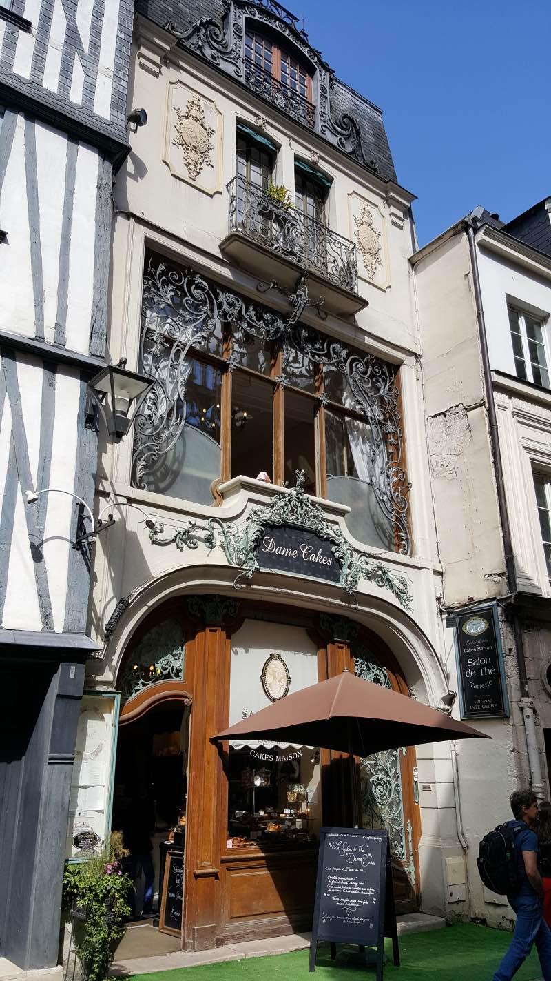 La splendide façade de Dame Cakes à Rouen avec ses ferronneries d'art