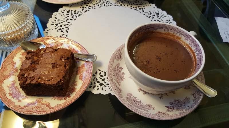 Brownie et chocolat chaud pour se réconforter en hiver !