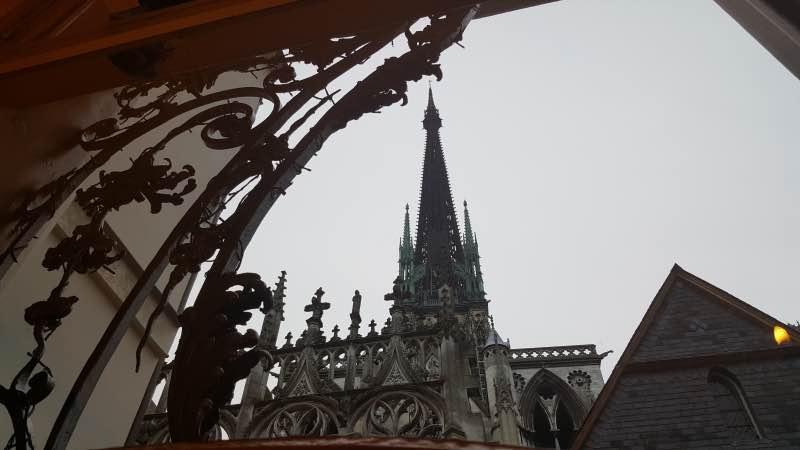 A l'étage : vue sur la flèche de la cathédrale