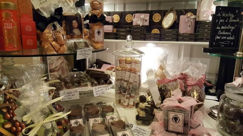 Chez Dame Cakes, tu peux trouver le célèbre sucre d'orge à la pomme de Rouen
