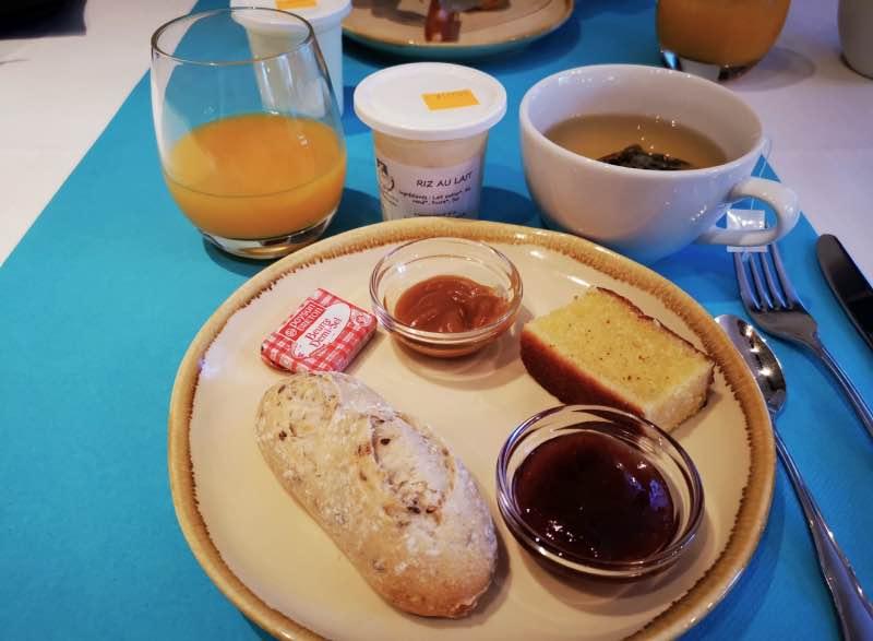 Mon petit déjeuner 100% local : gâteau nantais, caramel beurre salé, confiture maison et riz au lait de la ferme !